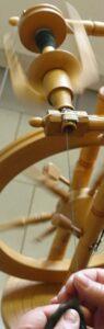 Am Spinnkurs lernen Sie, wie man ein Spinnrad pflegt